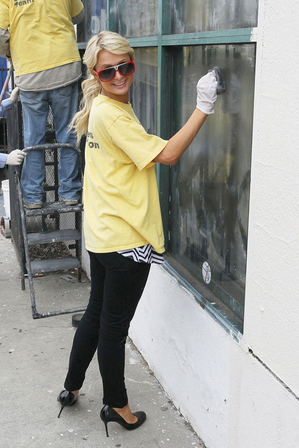 Пэрис Хилтон красит заборы за кокаин / Paris Hilton cleans graffiti